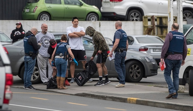 Police talk to club members after cordoning off Marua Road in Ellerslie while raiding the Headhunters Motorcycle Club clubrooms. Photo / NZ Herald