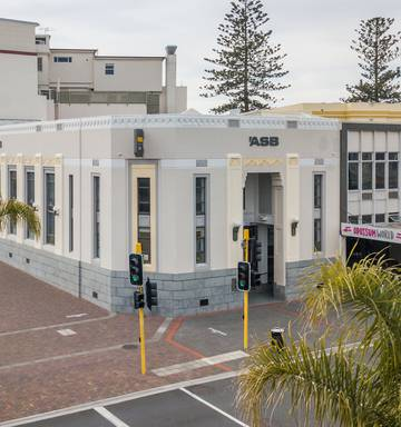 Bank and fashion retailer to stay, Art Deco building in