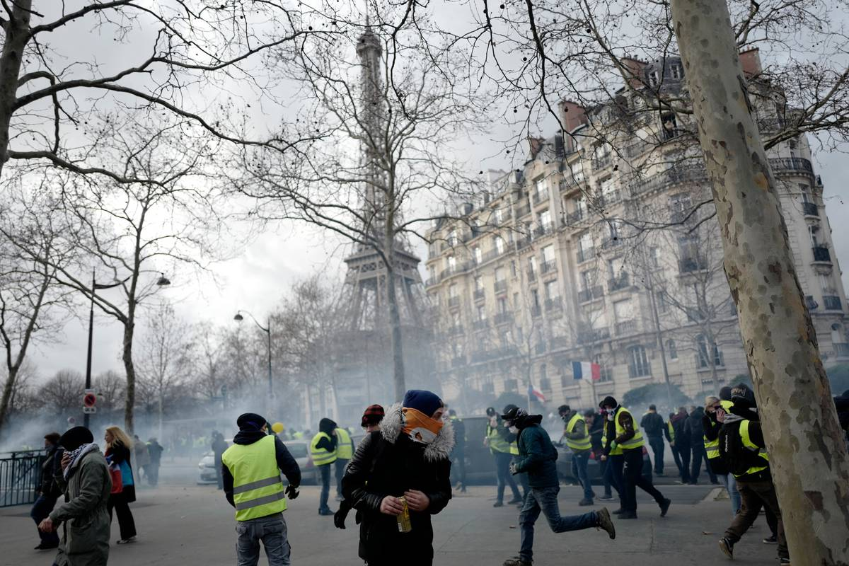 Street brawl shows bitter divide among yellow vest protesters