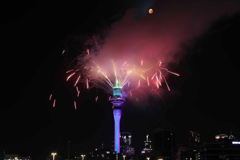 A Sky Tower soltou uma fantástica exibição de fogos de artifício.  Foto / Michael Craig