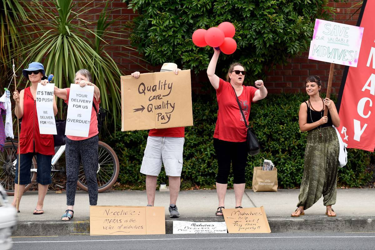 Midwives picketed outside Tauranga Hospital, junior doctors walked off the job for third time