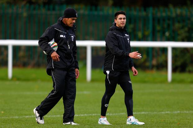 Former New Zealand test coach Kearney talks with Johnson at training during the Kiwis 2013 World Cup campaign. Photo / Getty Images.