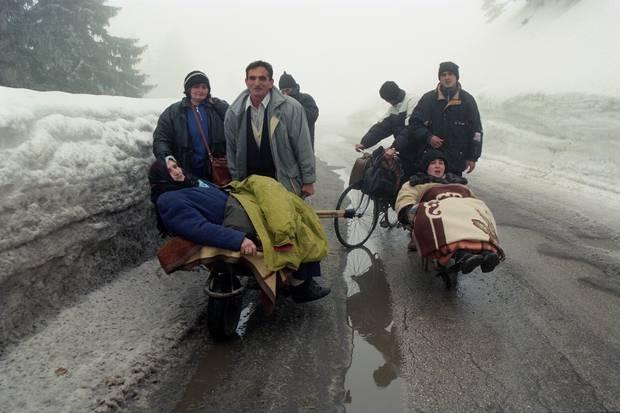 Shqiptarët etnikë ikin nga fshati i tyre i shtëpive të Istogut në Kosovë pasi forcat serbe hynë në fshat duke ju dhënë banorëve minuta për t'u larguar ose për t'u qëlluar.  Foto / Përplas Goddard