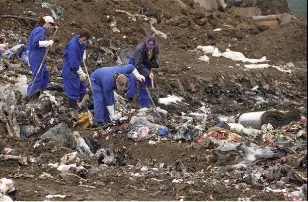 Police officers search Greenmount Landfill in East Tamaki for items belonging to Kayo Matsuzawa in 1998. Photo / NZ Herald