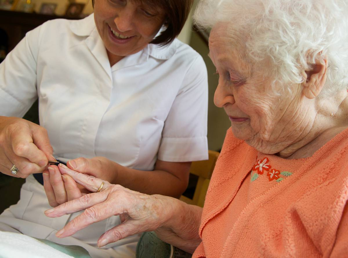 Педикюр для пожилого человека на дому