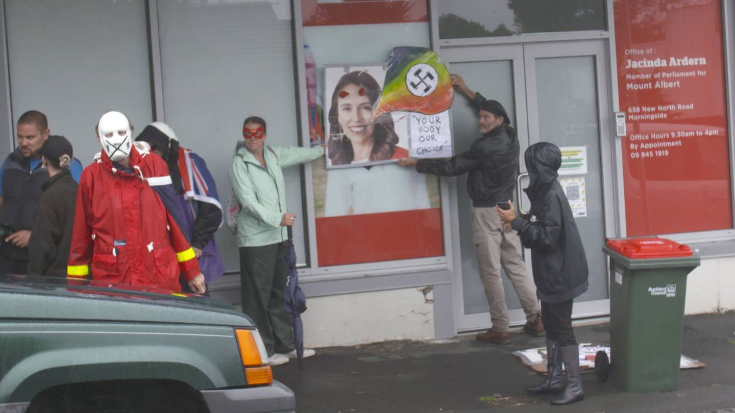 Anti-lockdown protestors gather outside Prime Minister Jacinda Ardern's vacant electorate office in Morningside. Photo / NZ Herald