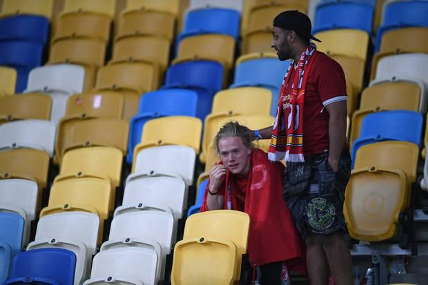 利物浦球迷在欧冠联赛决赛中输球失利后表现得很沮丧。 照片/盖蒂图片社