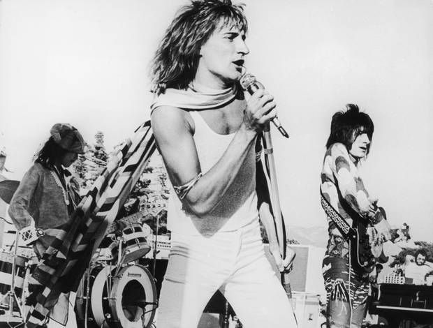 Rod Stewart plays to an audience of 22,000 people at the Earl Warren Showgrounds in Santa Barbara, California, 1973. Photo / Getty