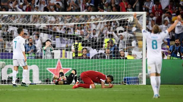 皇家马德里的第三个进球得分后,利物浦球员看起来沮丧。 照片/盖蒂图片社