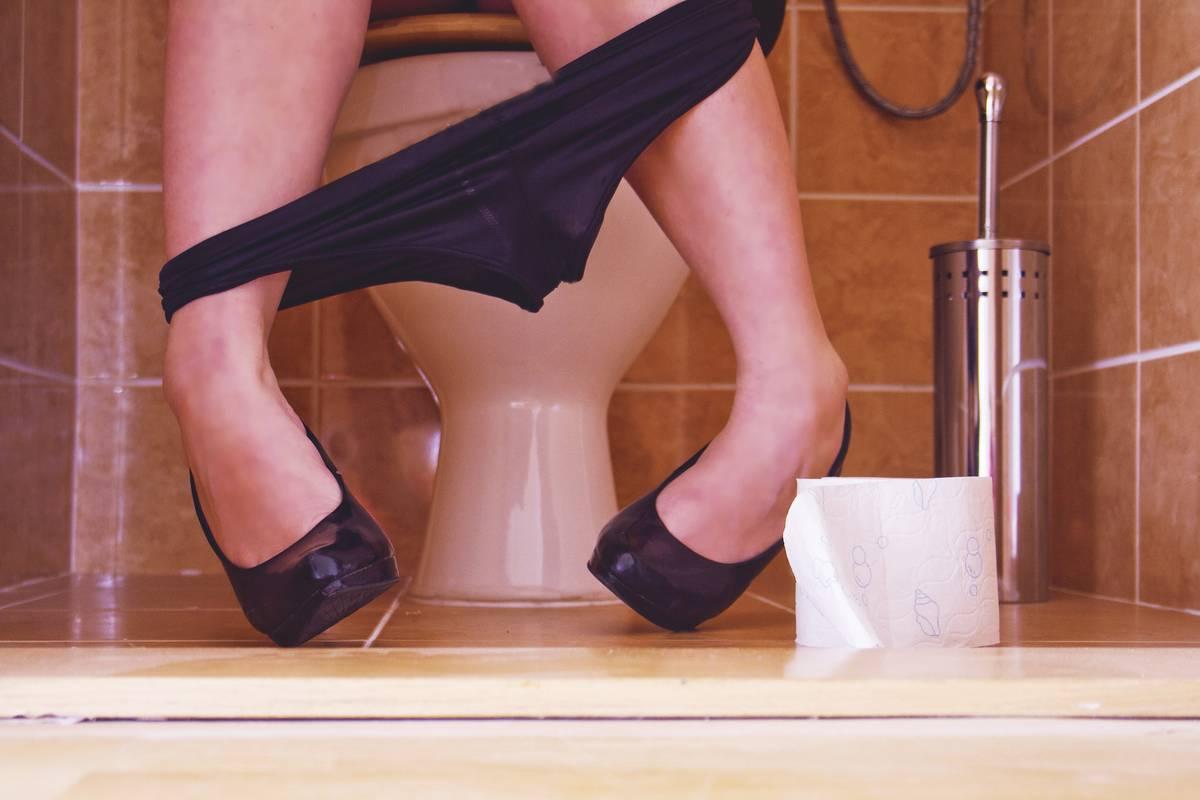Секс в школе в туалете на русском, Порно в туалете, подглядывание в женском туалете на 28 фотография