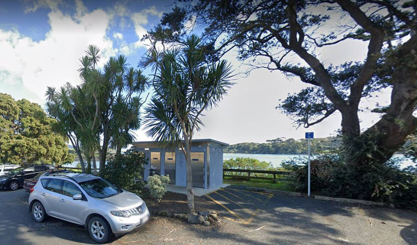 The public toilets facility on Cliff St, Raglan, has been connected to a person with Covid-19. Image / Google