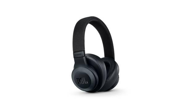 JBL的E65耳机提供蓝牙和噪音消除选项。