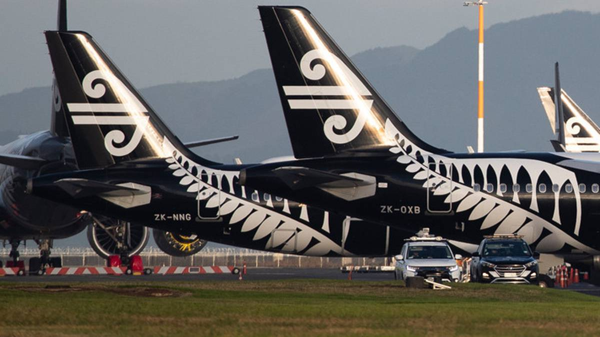 Covid 19 coronavirus: Air New Zealand crew member tests positive for Covid, Auckland Airport Countdown supermarket a 'location of interest'