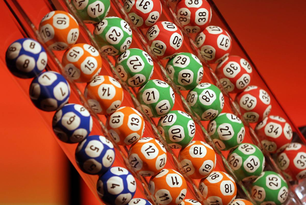 Lotto-mania: 2000 tickets sold every minute for $50m draw