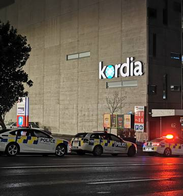 Bomb scare forces Auckland workers out of Victoria St West office building  - NZ Herald