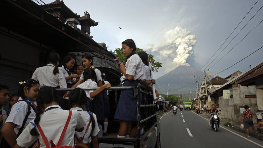 Indonesia extends Bali airport closure due to Agung eruption